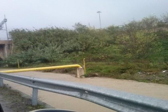 Pioggia e vento, i soliti problemi : strade allagate e canali a rischio esondazione