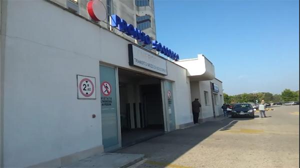 Tenta il suicidio inalando il gas di scarico della sua auto, 48enne salvata dai carabinieri