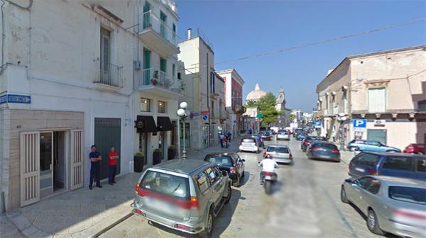Spaccata al negozio di abbigliamento ladri fuggono con for Angelini arredamenti fasano