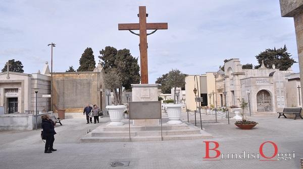 c46d586214 La croce del Cristo torna al suo posto nel cimitero, il monumento riparato  gratuitamente da tre ditte brindisine