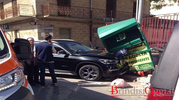 Incidente ai cappuccini auto contro palo e contenitore di abiti