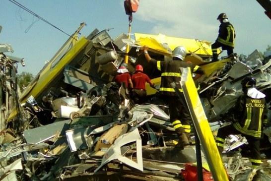 Scontro tra due treni,  una strage: 25 morti e 50 feriti. Soccorritori in silenzio per individuare i lamenti delle vittime