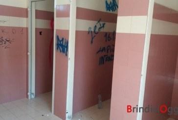 Vandali ancora in azione, imbrattate le mura dei bagni del Cillarese