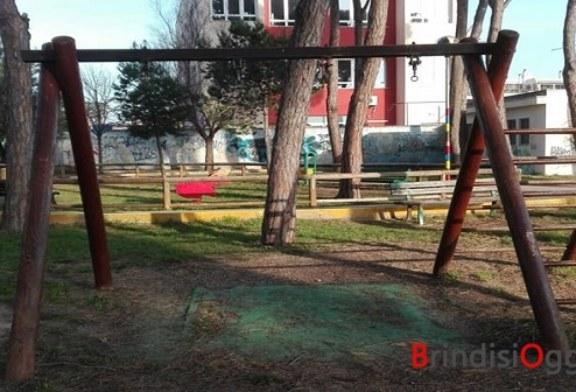 """Ancora """"idioti"""" in azione, vandalizzato il parco giochi del Casale e rubate tutte le altalene"""