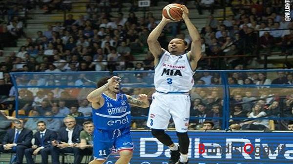All'Enel Basket non riesce il bis contro il Cantù.Obiettivo play off rimandato