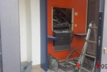 Fanno esplodere il bancomat ma arrivano i carabinieri, inseguimento con sparatoria