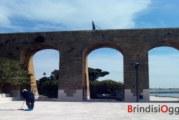 Non ci sono solo incivili, due pensionati ripuliscono il piazzale al Monumento al marinaio