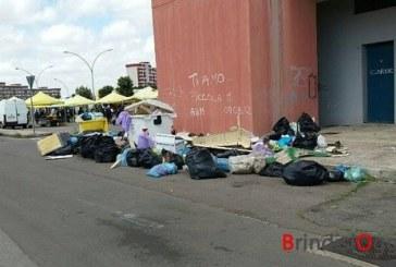 """Spazzatura abbandonata da  giorni per strada, a  Bozzano si lamentano: """"Qui non passa nessuno"""""""