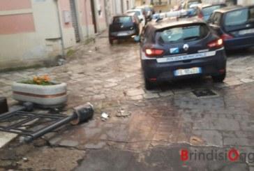 """Un continuo distruggere la """"cosa pubblica"""", smantellato il cancello di piazza Mercato che impediva l'accesso delle auto"""
