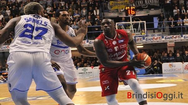 Il Palapentassuglia esulta l'Enel basket batte Armani Milano, resta la speranza Play off
