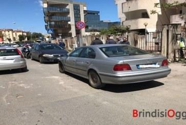 Sfreccia in via Sant'Angelo urta cinque auto e fugge via, caccia al pirata