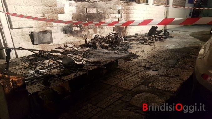 Incendio alla Commenda, bruciano due divani per strada, intossicata ...